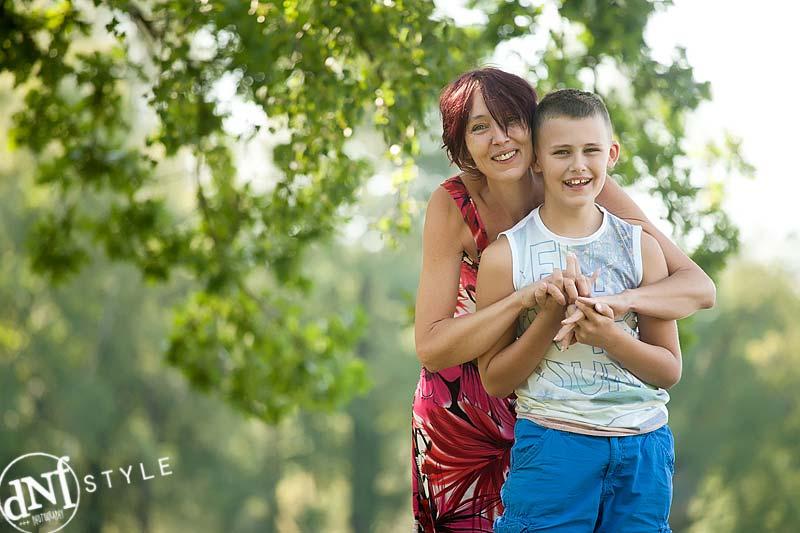 moeder en zoon tijdens buitenshoot