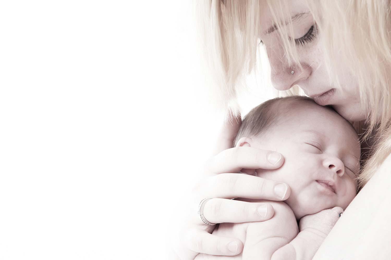 newborn fotoshoot van dochter en moeder