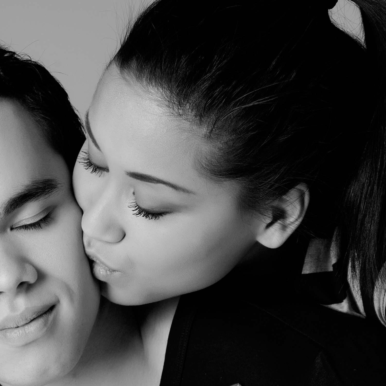 zwartwit portretfoto tijdens loveshoot in de fotostudio