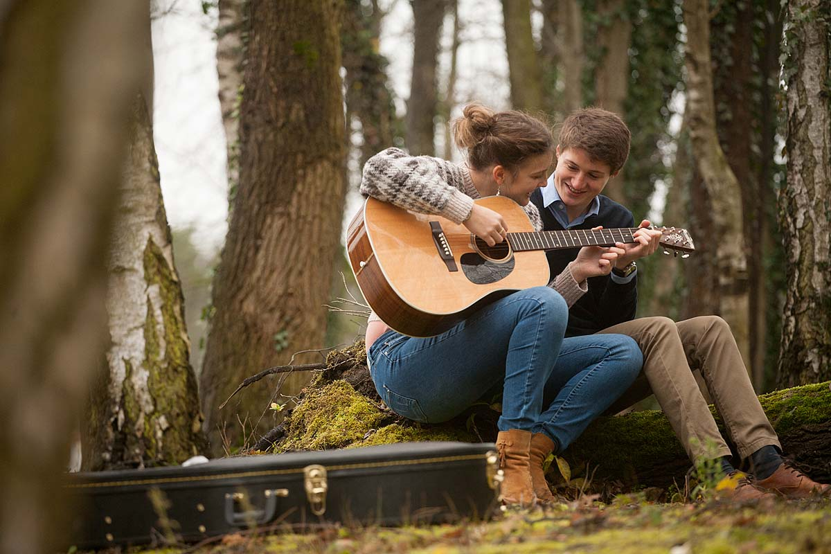 preweddingshoot met gitaar tijdens buitenshoot