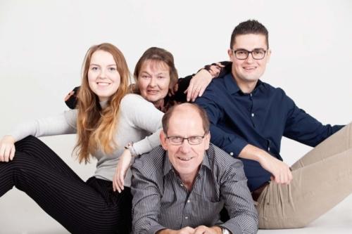 familiefoto van een gezin tijdens fotoshoot