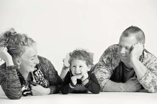 zwartwit familiefoto tijdens fotoshoot