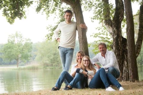 familieportret tijdens buitenshoot op sonnevijver