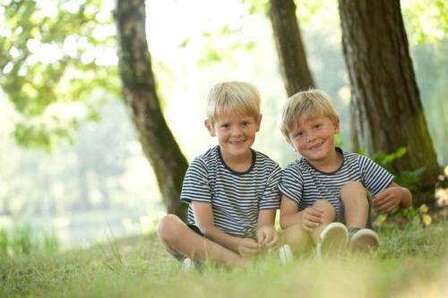 kinderportret in de natuur tijens een buitenshoot