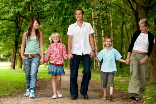 Familieportret tijdens een wandeling op sonnevijver