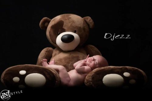 studioshoot van een newborn baby met een grote knuffelbeer