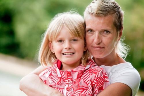 buitenshoot van moeder en dochter in de natuur