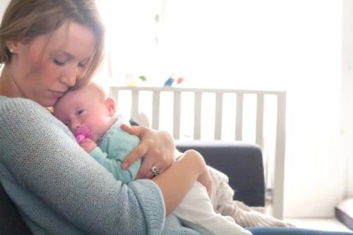 newbornshoot van dochter en moeder thuis