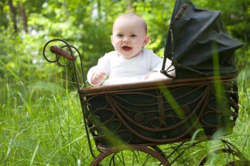 buiteshoot van baby in vintage kinderwagen