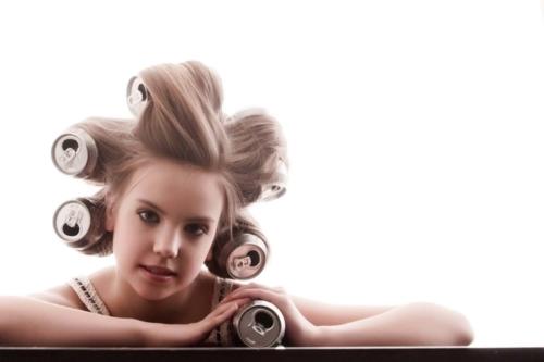 kinderreportage van meisje met cocacola blikjes in het haar
