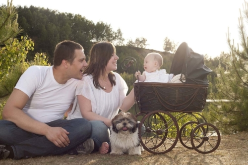 familieshoot van gezin met baby in de natuur samen met de hond