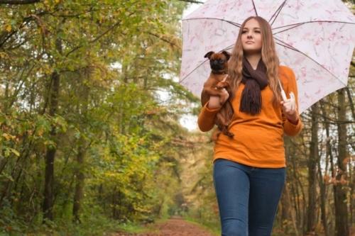 fashionshoot met de hond in de natuur tijdens buitenshoot