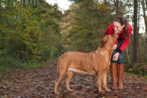 buitenshoot van meisje met hond