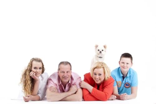 familiereportage met hond in de fotostudio