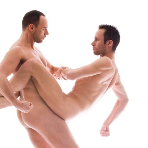 artistieke naaktfoto tijdens loveshoot homokoppel in de fotostudio