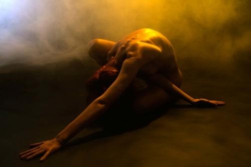 artistieke naaktfoto van lenig model in de fotostudio