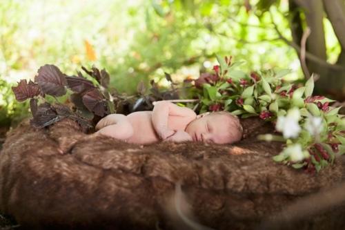 newbornshoot van baby in de buitenlucht in de zomer