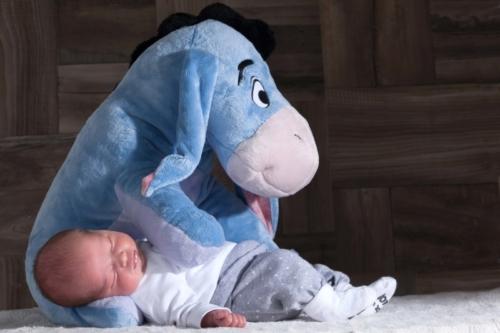 newbornshoot van baby met ioor in de fotostudio