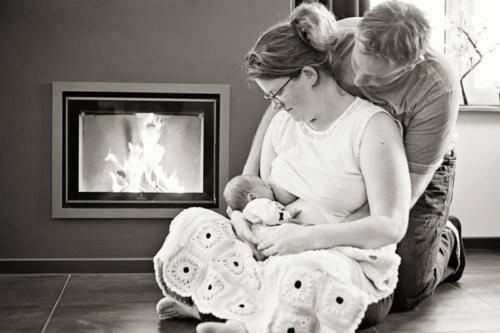 newbornshoot van baby en ouders bij de ouders thuis