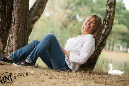 portretfoto van vrouw tijdens buitenshoot