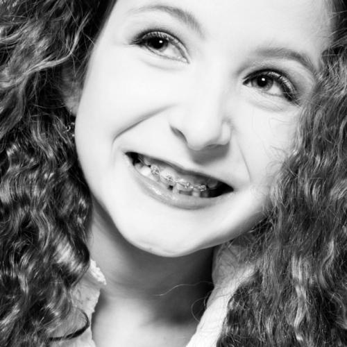 portretfoto van meisje met beugel tijdens studioshoot