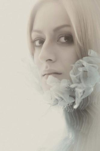 artistieke portretfoto van meisje tijdens studioshoot