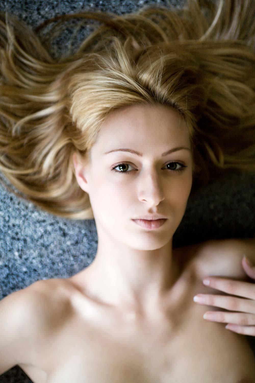 portretfoto van meisje tijdens naaktshoot